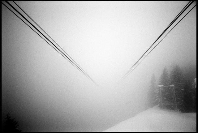 Les câbles du téléphérique d'Avoriaz s'enfoncent dans le brouillard en direction des Prodains.