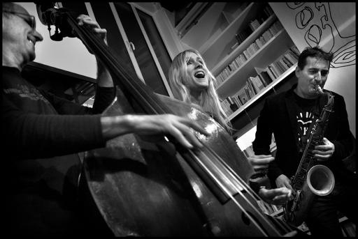 Victoria Rummler, chanteur, entourée de Francesco Bearzatti et Michel Benita