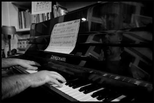 6e Sunday jazz loft Yonathan Avishai pianiste cheminée concert en appartement dimanche après midi intérieur musique jazz novembre 2014 main piano partition